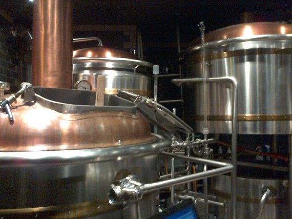 Cuves de bière dans un pub